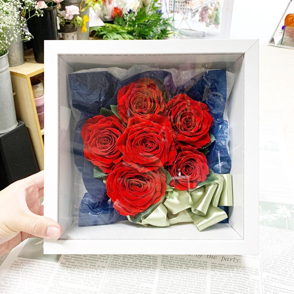 プリザーブドフラワー加工した赤薔薇をキューブボックスにアレンジ