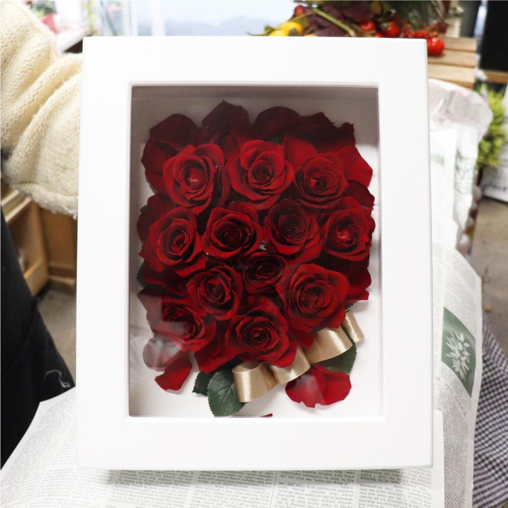 赤バラの花びらを散らしたデザイン