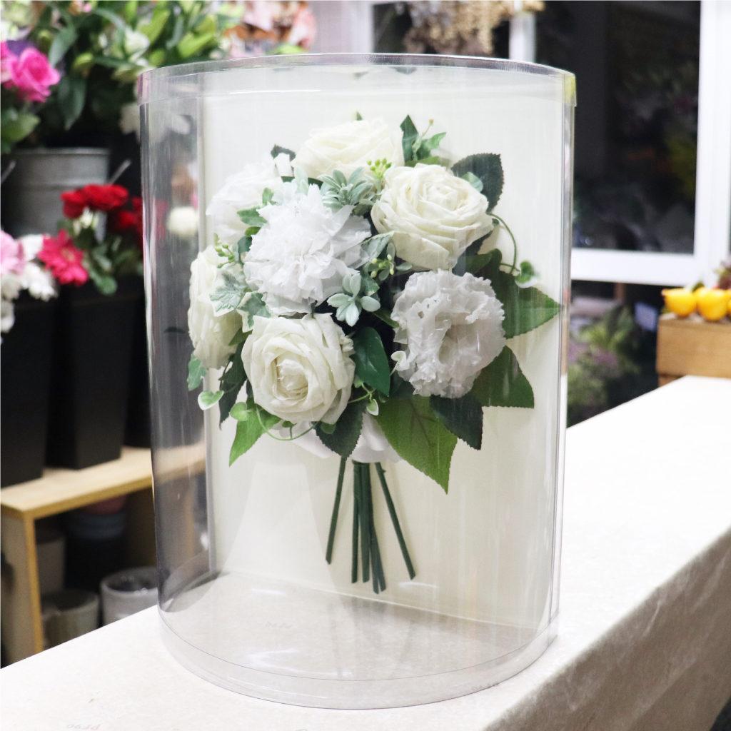 白薔薇と緑のブーケスタンド