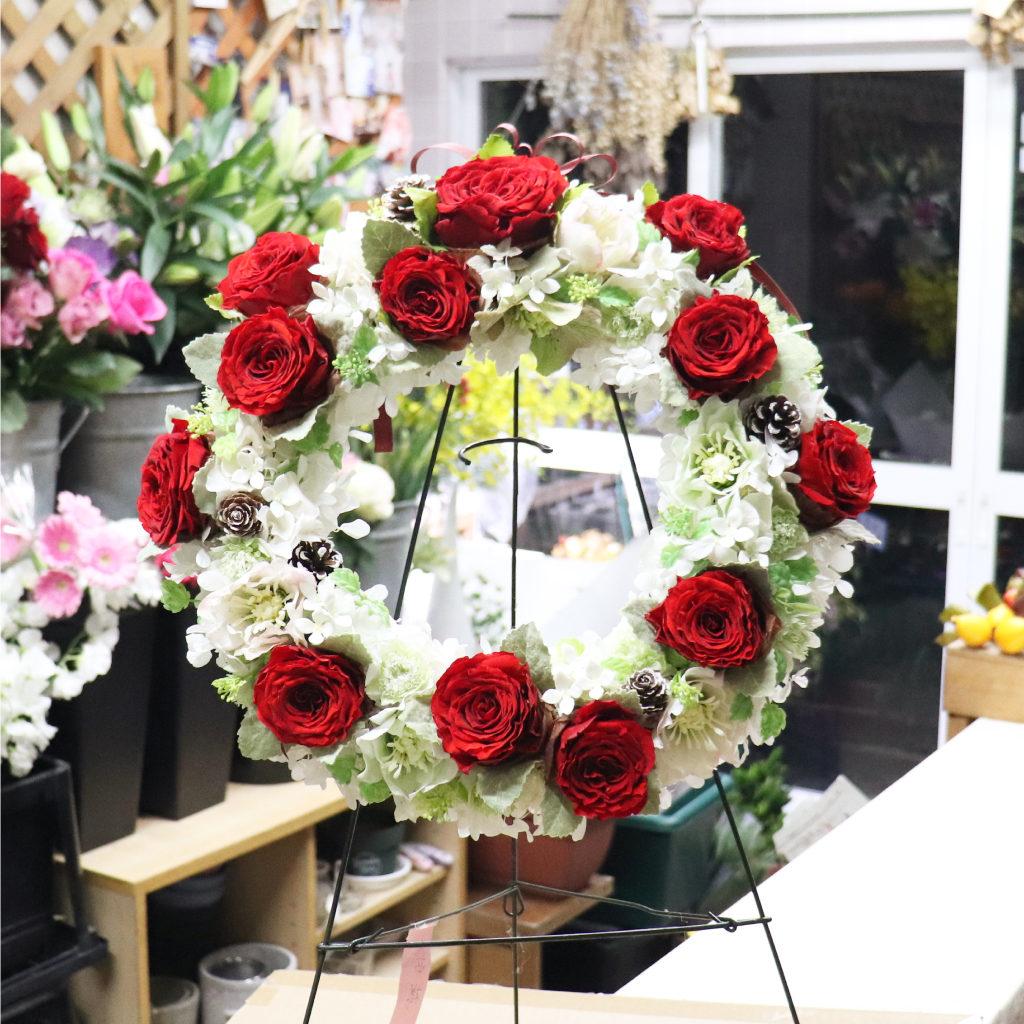 プリザーブドフラワーの赤バラを使ったクリスマスリース