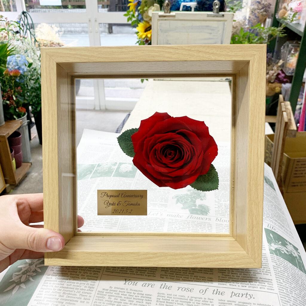 エルビエにプリザーブドフラワー加工した赤薔薇1輪のデザイン