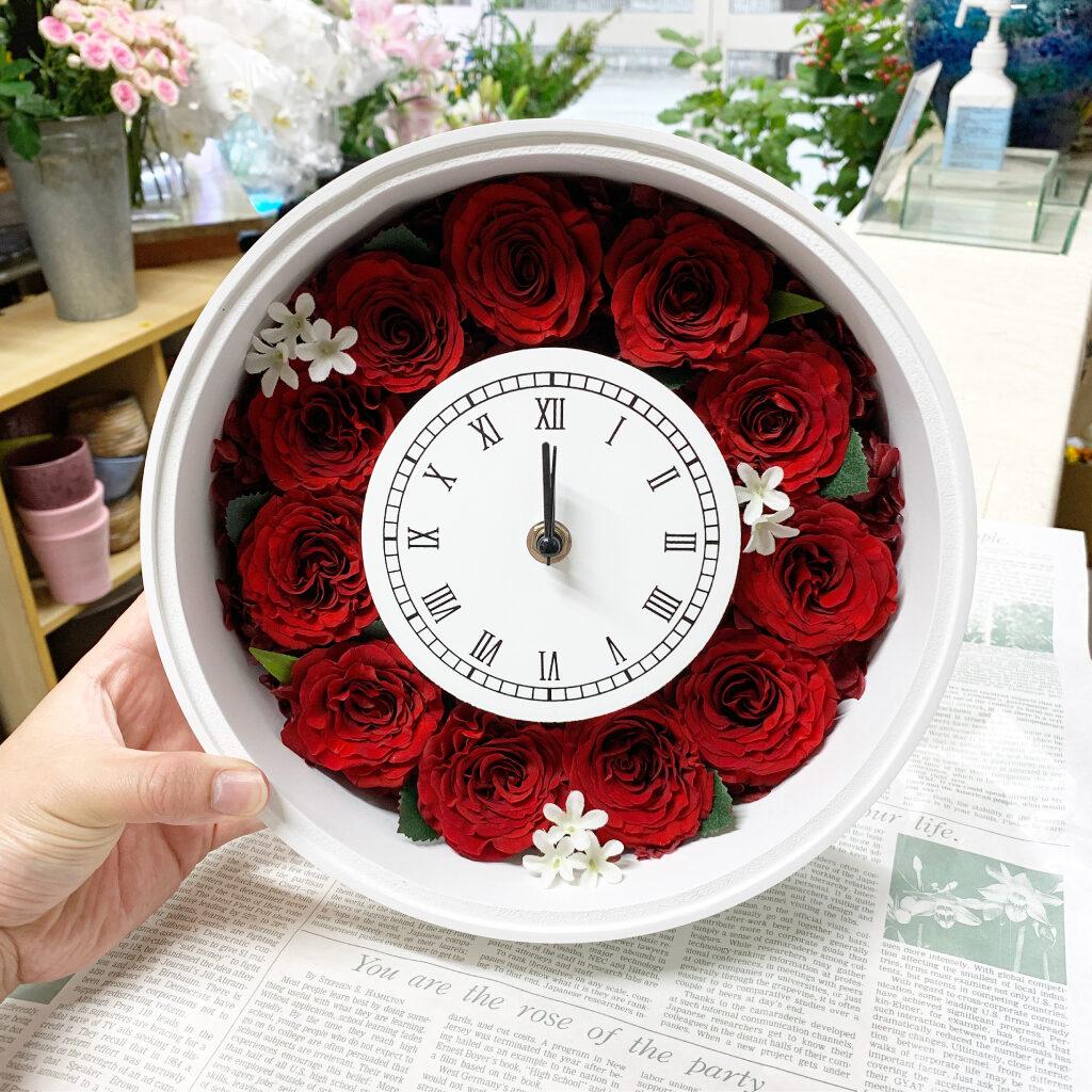 花時計のにプリザーブドフラワー加工した赤薔薇を敷き詰め