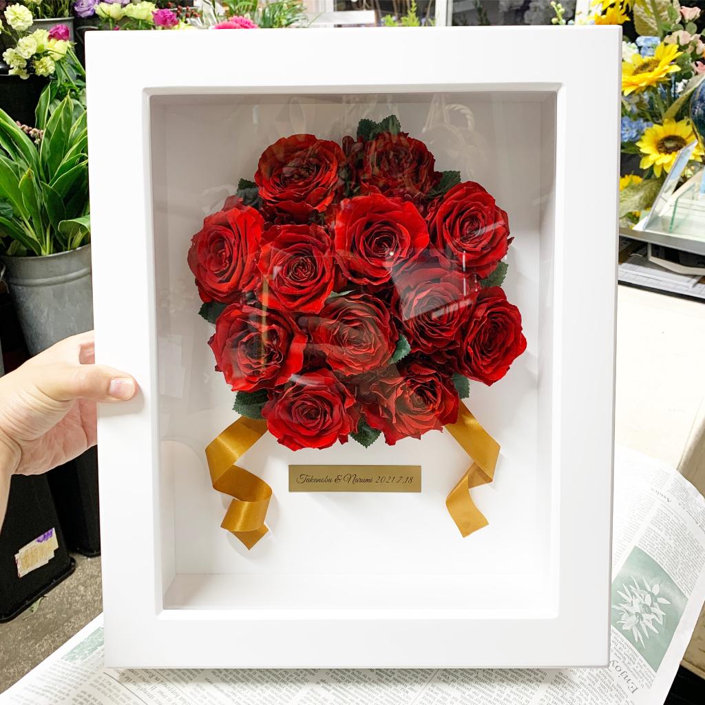 ウッドフレームラウンドプレートにプリザーブドフラワー加工した赤薔薇をアレンジ