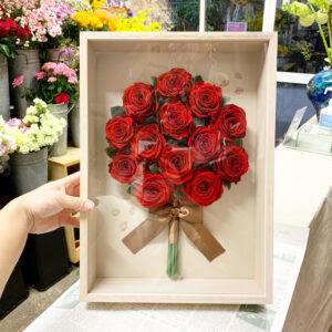 ヴィンテージデコA3にプリザーブドフラワー加工した赤薔薇をアレンジ