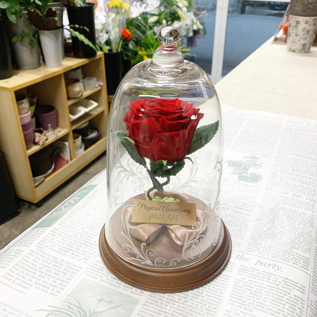 プリザーブドフラワー加工した赤薔薇のガラスドーム